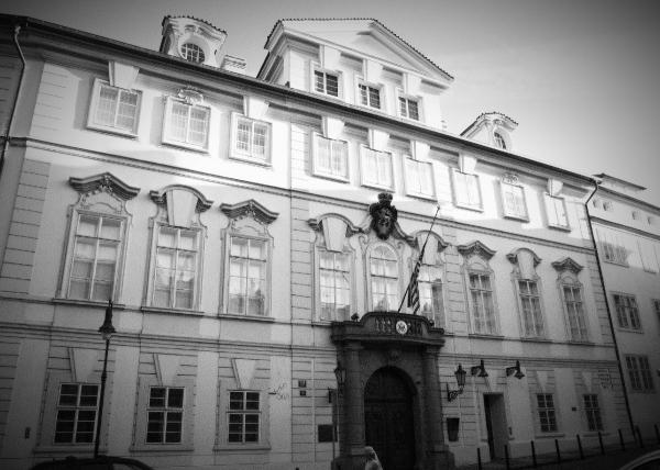 Přísně střežená americká ambasáda - StB monitorovala z protějšího domu všechny návštěvníky. Foto: Wikimedia Commons, CC BY-SA 3