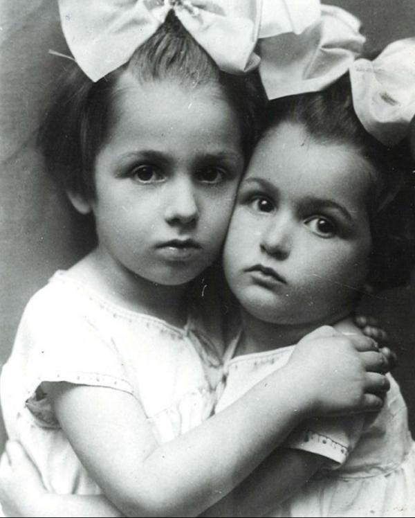 Sestry Olička a Vlastenka ve Varšavě v roce 1925.