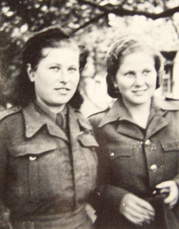Vanda a Věra v roce 1945 v Praze. Vidět se mohly zase až v roce 1962.