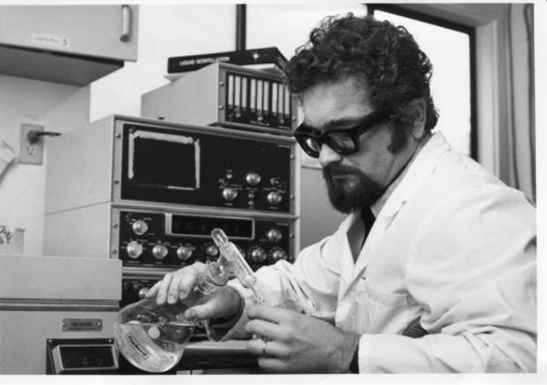 Josef P. Skála v laboratoři ve Vancouveru v roce 1980.