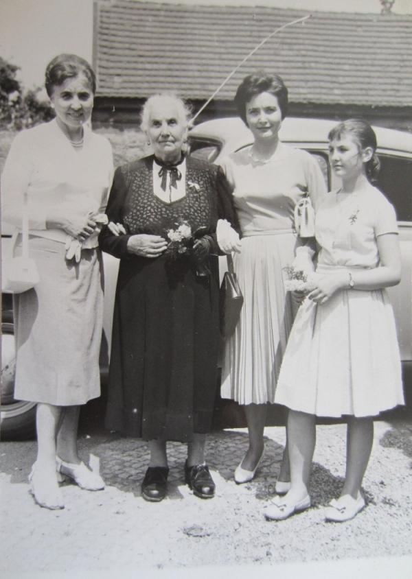 Věra Šmejkalová s dcerou Ivanou (vpravo), maminkou Annou Sekáčovou (uprostřed) a sestrou Jarmilou.