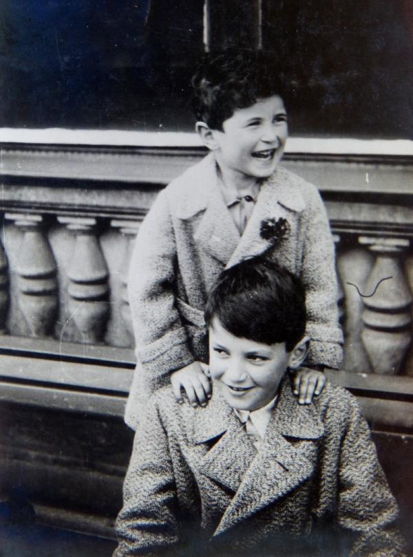 Sourozenci Tomáš (dole) a Martin Welsovi. Tomáš jako jediný z rodiny přežil holocaust. Foto: archív rodiny Welsovy