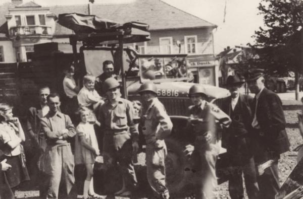 Američtí vojáci s obyvateli Staňkova u Domažlic na náměstí. Foto: Velvyslanectví USA v Praze