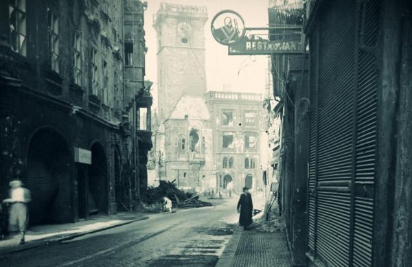 Pohled na Staroměstskou radnici po osvobození z Celetné ulice. Foto: Paměť národa/Eva Slezáková