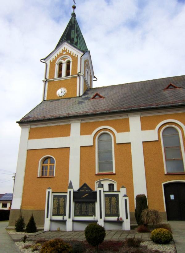Památník 138 padlých v druhé světové válce u kostela sv. Kateřiny ve Štěpánkovicích, mezi nimi i bratr Adolfa Kůrky Emil.