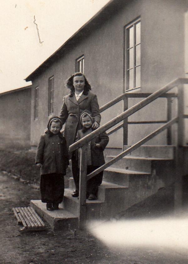 Irena Hešová se Stáňou a Máničkou Kloudovými ve Svatobořicích. Foto: Paměť národa
