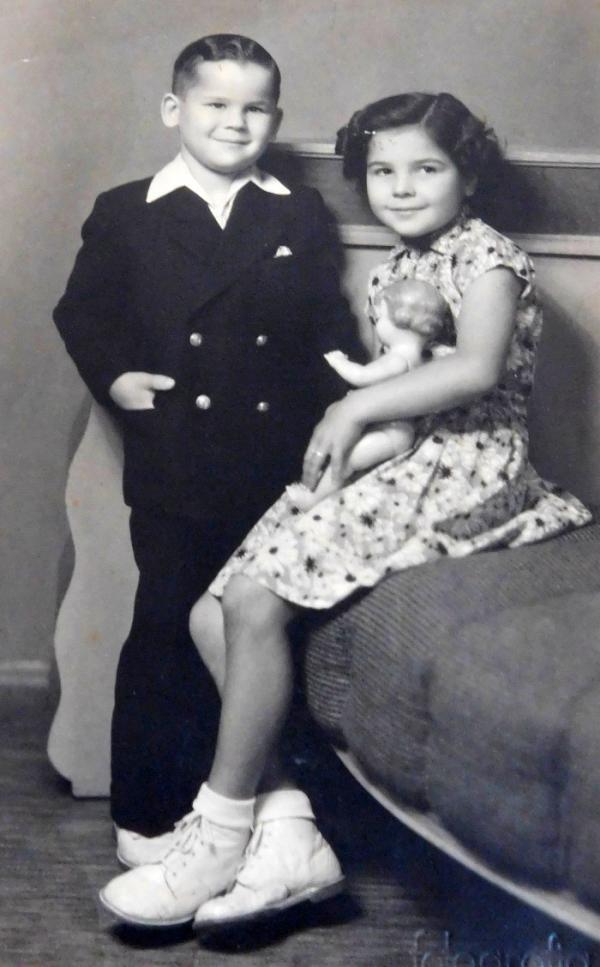 Sourozenci Radslav a Ludmila Švédovi v roce 1955, kdy byl popraven jejich otec.