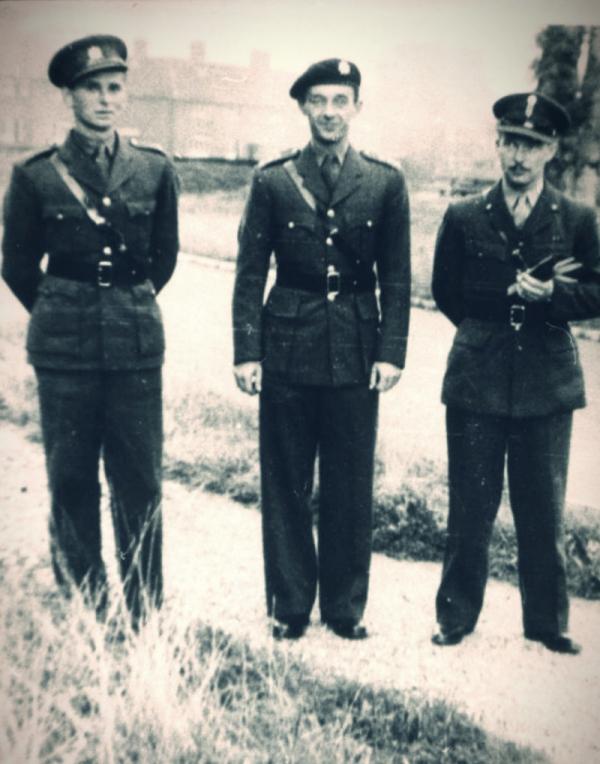 Gustav Svoboda (uprostřed) v roce 1942 během vojenského kurzu v Anglii. Zdroj: Paměť národa