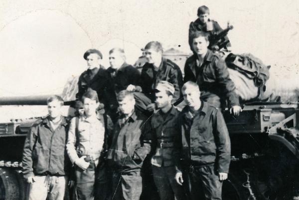 Tadeusz Oratowski se svým plukem (stojí druhý zleva)