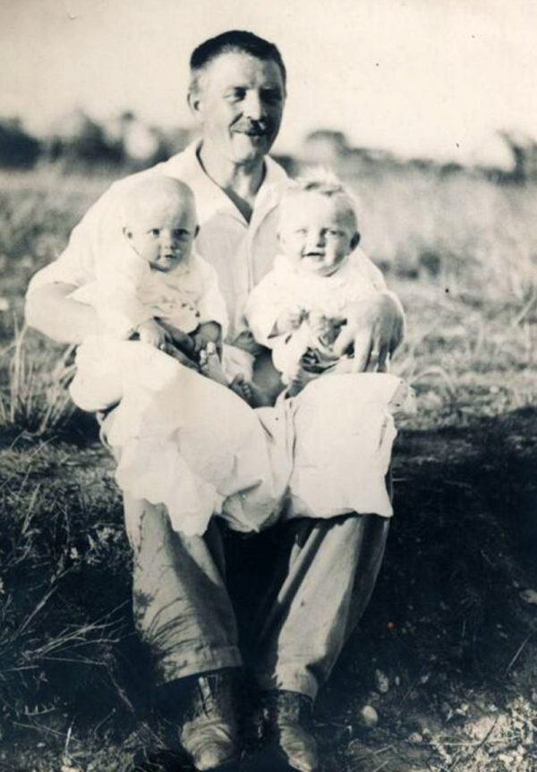 Šťastný otec s dvojčaty – Bohumil Novák si velkou rodinu přál. Foto: Paměť národa