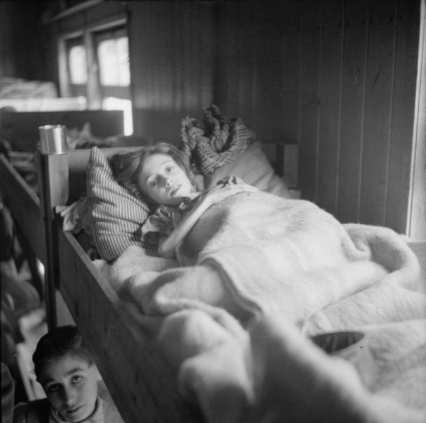 Léčba nakažených skvrnitým tyfem po osvobození koncentračního tábora Bergen-Belsen. Foto: Wikimedia Commons