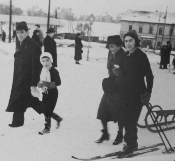 Hana Trávová, rozená Zentnerová, s rodiči a mladším bratrem v roce 1941 na Bílé Hoře v Praze. Konce války se dožila jen ona. Foto: Paměť národa