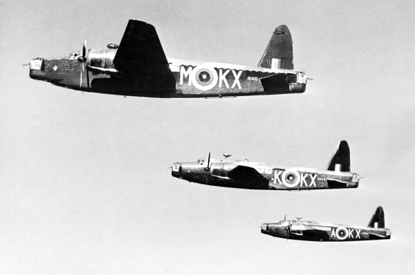 Trojice Wellingtonů Mk.IC československé 311. perutě v letu, březen 1941. Volné dílo. The Imperial War Museum