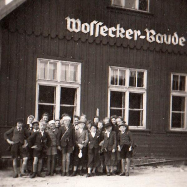 Na školním výletě na Voseckou boudu (Wossecker Baude) v Krkonoších v roce 1943. Foto: Paměť národa
