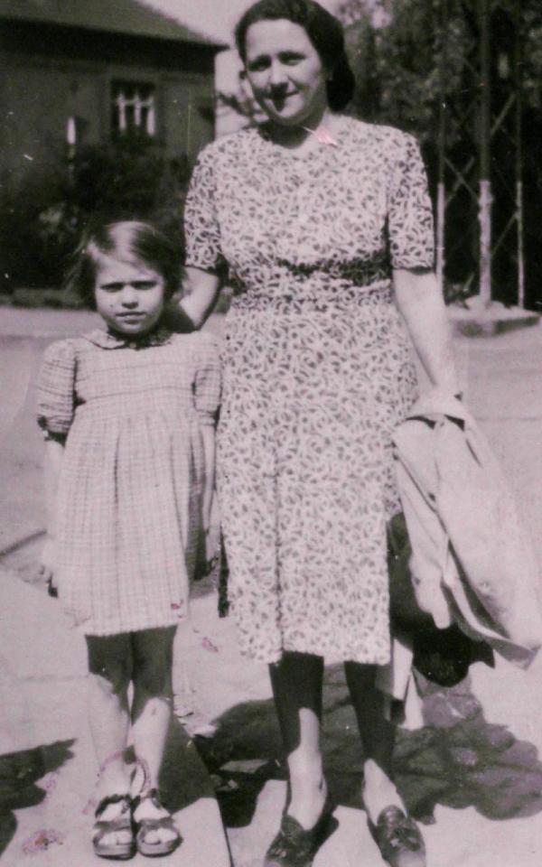 Jana v létě 1945 s rodinnou přítelkyní, která o ni pečovala do návratu maminky.