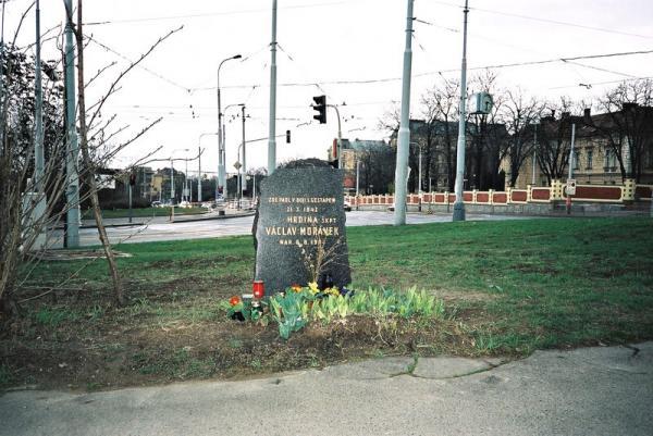 Pomník Václava Morávka na místě přestřelky.