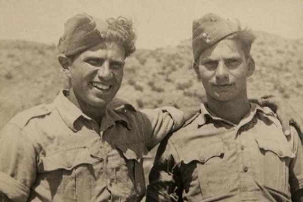 Viktor Wellemín (vpravo) s bratrem Adolfem v Palestině v roce 1942.