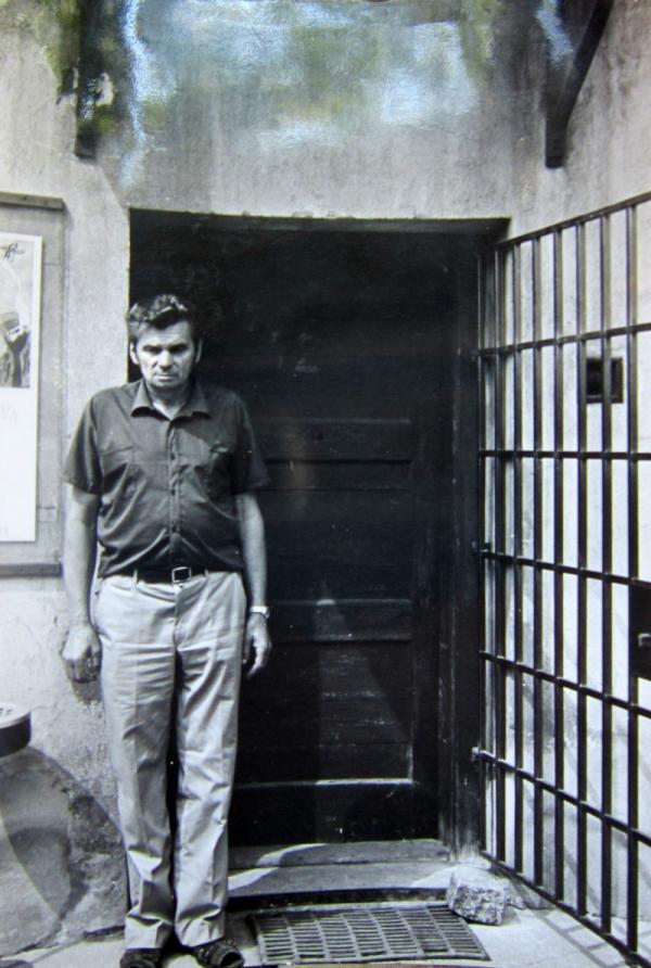 Jaroslav Vomočil u cely číslo 42 v Terezíně v roce 1981, kde byl za války vězněn. Foto: Paměť národa