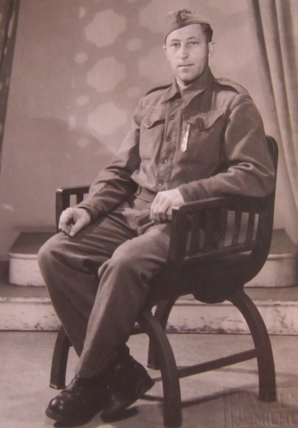 Václav Vondráček, nevlastní otec Marie Andělové, v československém sboru.