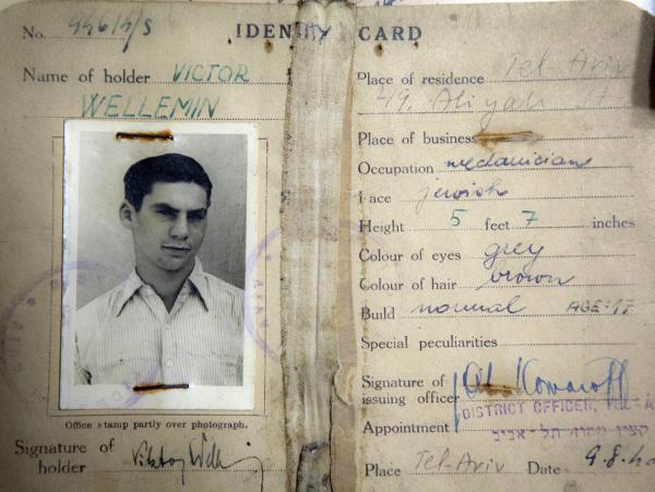 Propouštěcí legitimace z detenčního tábora v Tel Avivu ze srpna 1940.
