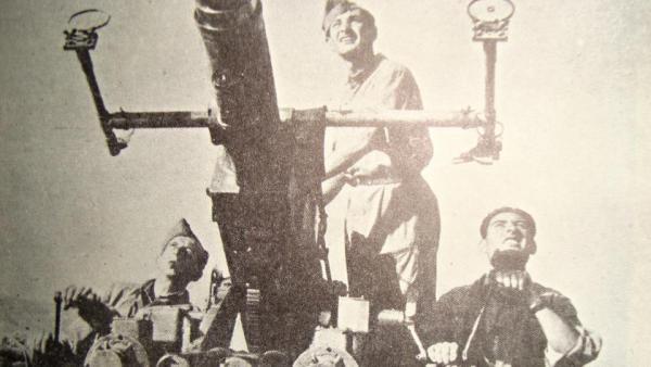 Viktor s bratrem Ádou na začátku roku 1942 vstoupili do 11. čs. praporu východního. S jednotkou bránili severoafrický Tobruk.
