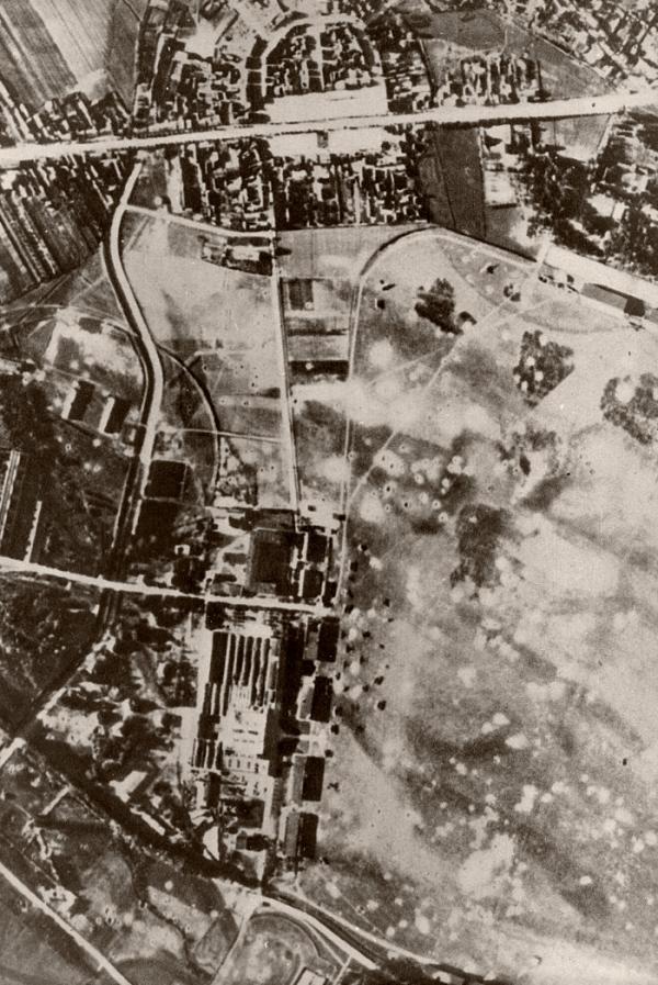Rozbombardované letiště v Dęblinu 1. září 1939.