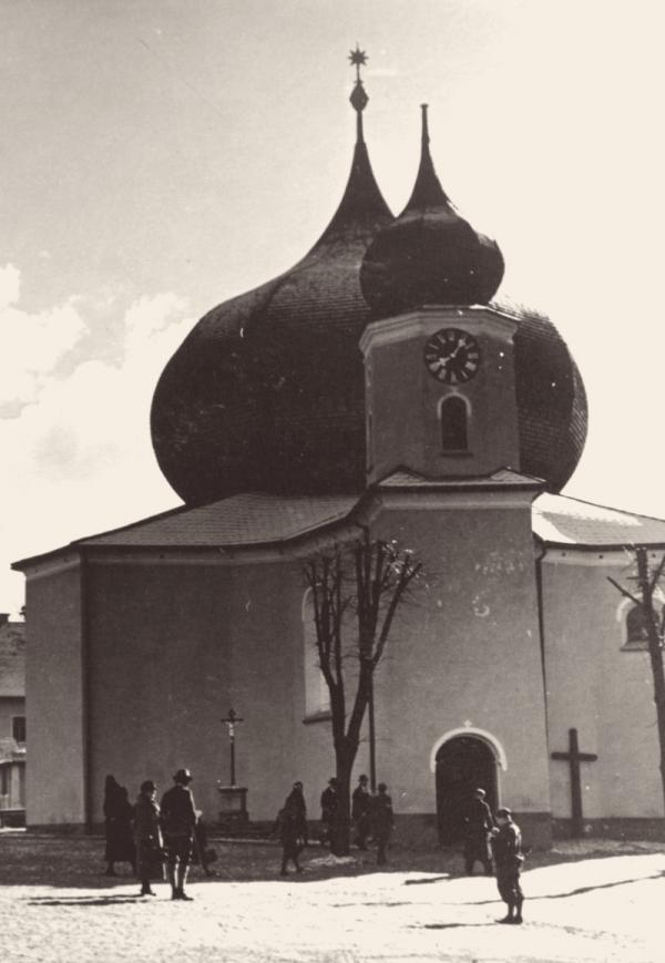 Kostel Panny Marie Pomocné z hvězdy s nezaměnitelnou cibulovou bání leží přímo na česko-bavorské hranici. Foto: Paměť národa