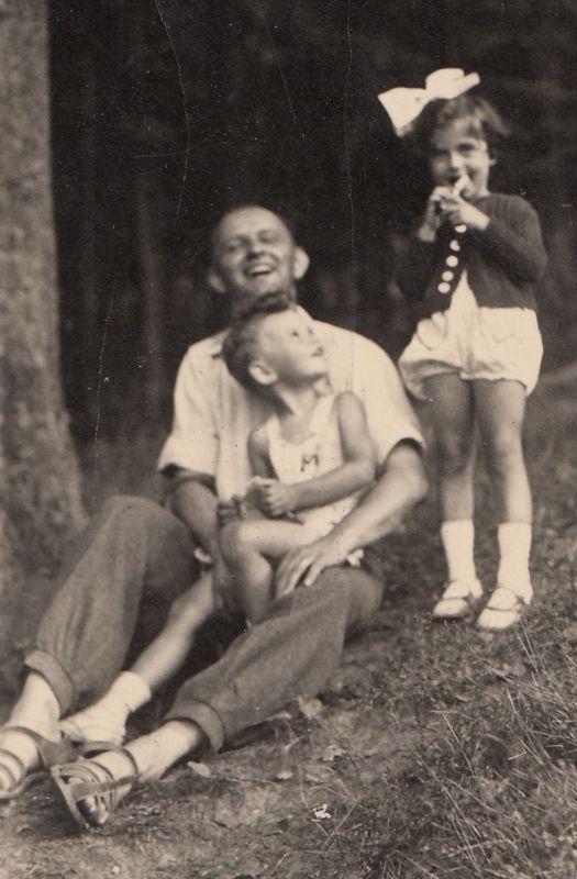 Pavel Jelínek s otcem Josefem Jelínkem a sestřenicí Hanou Taussigovou, Liberecko, rok 1938. Zdroj: Paměť národa / archiv pamětníka