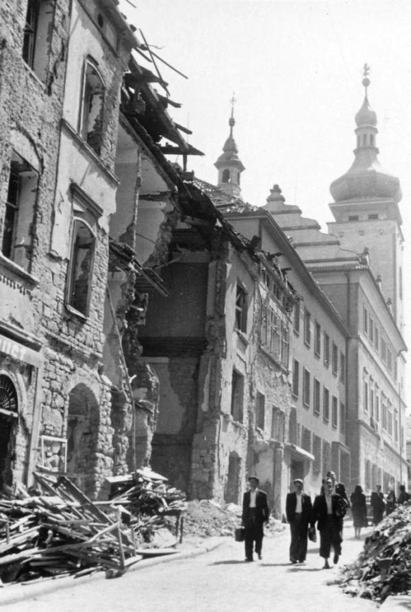 Bělská ulice. Na Mladou Boleslav dopadlo podle odhadů na 700 pum včetně nevybuchlých. Zdroj: Muzeum Mladoboleslavska