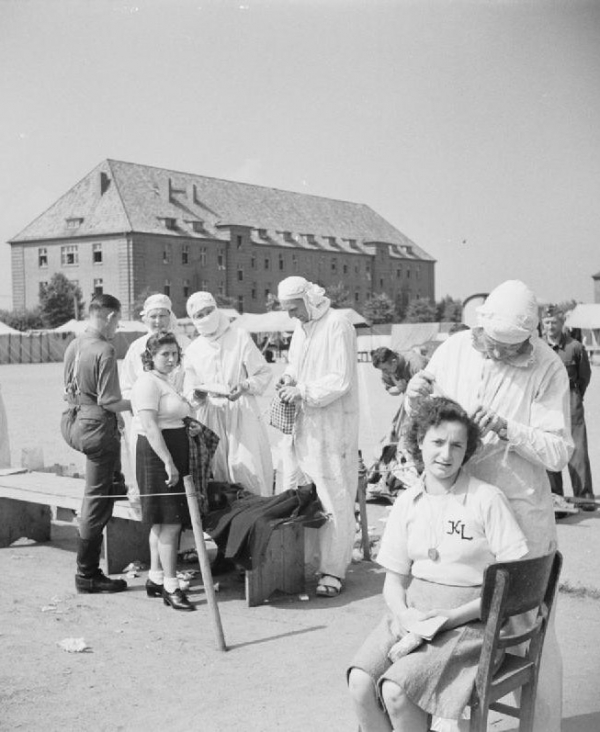 Odvšivování vězeňkyň Bergen-Belsenu. Foto: Wikimedia Commons/Imperial War Museums