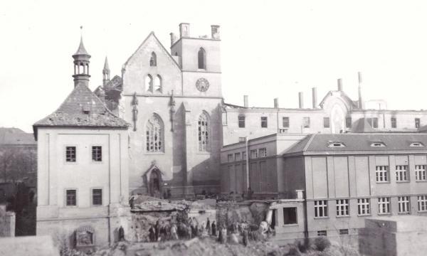 Areál Emauzského kláštera po bombardování. Foto JUDr. Jaroslav Lašťovka/Wikipedie
