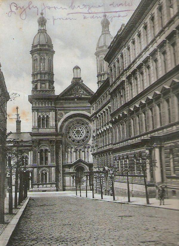 Pavel bydlel nedaleko Vinohradské synagogy v Sázavské ulici, která byla zasažena při bombardování Prahy 14. února 1945. Foto: Wikipedie, CC BY-SA 3.0