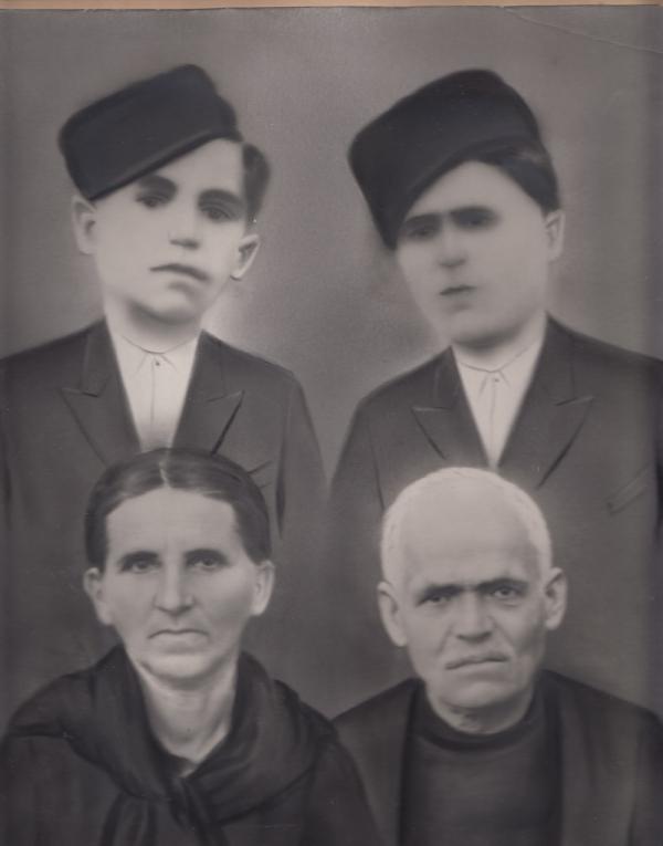 Bratři a rodiče Patry Karadžu v Řecku ve 30. letech. Foto: Paměť národa