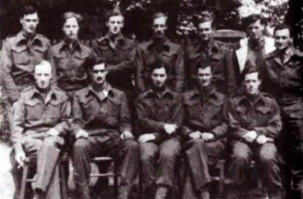 Dvanáct britských mediků v Bergen-Belsen. Andrew Matthews je třetí zprava v horní řadě. Zdroj: Paměť národa