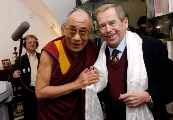 Přátelé Václav Havel a dalajlama v roce 2006 na konferenci Forum 2000. Foto: ČTK/René Volfík