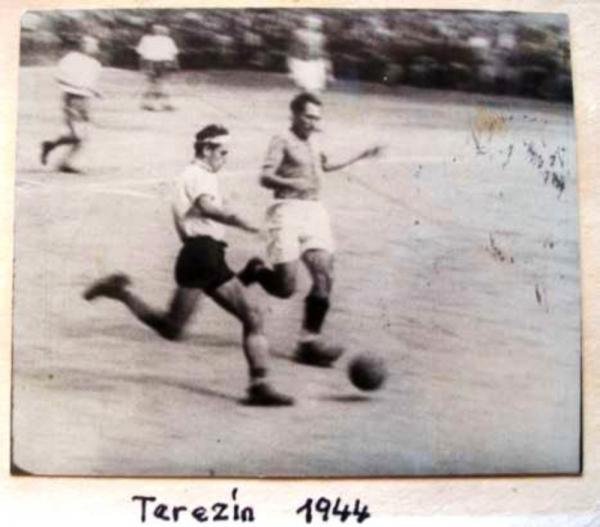 Fotbal v Terezíně v roce 1944. Zdroj: Petr Eisenberg