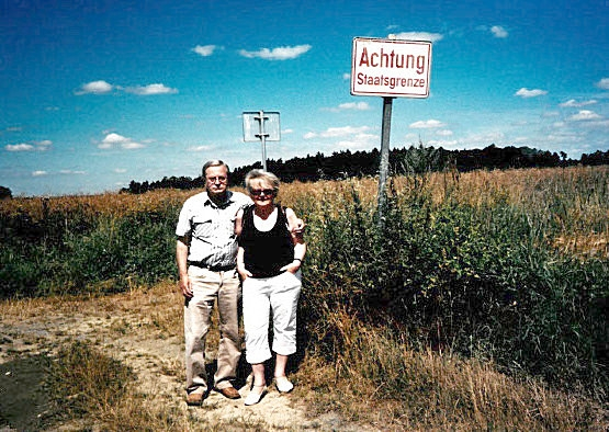 S manželkou na místě, kde v roce 1953 ilegálně přešel hranici z Československa do Rakouska. Zdroj: Archiv pamětníka
