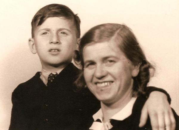 Jan Spira s maminkou, která jako Němka čelila nátlaku, aby se rozvedla se svým židovským manželem. Zdroj: Paměť národa