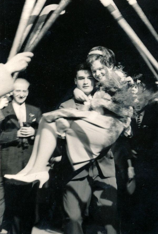 Slavobrána z hokejek na svatbě na Staroměstské radnici v roce 1962. Zdroj: Paměť národa