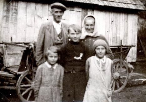 Rodina Juříčkova před stodolou. Zdroj: obec Leskovec