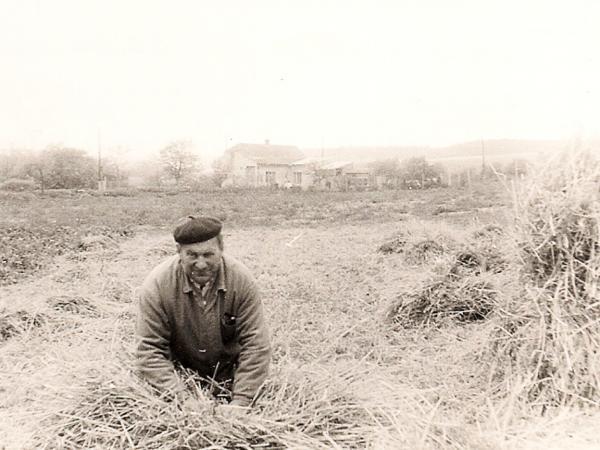 Stanislav Bayer se loučí se svým polem.