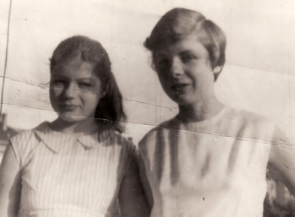 Dcery Anny Tesařové-Koutné v roce 1971, vlevo Broňa, vpravo Marcela. Foto, které měla paní Tesařová ve vězení.