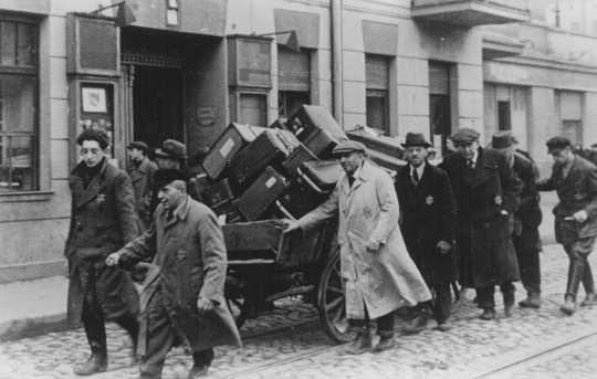 Židé, kteří přijeli do lodžského ghetta z Prahy 20. listopadu 1941. Foto: Washingtonské muzeum holocaustu (USHMM)