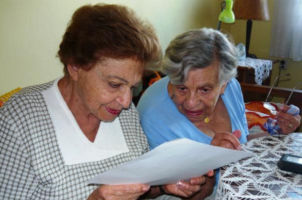 Margit Nováková a Ilsa Maierová nad fotografií z Osvětimi