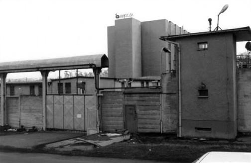 Tábor byl obehnán vysokým plotem, aby do něj neviděli lidé z projíždějících vlaků. Foto: Kriminal-minkovice.wbs.cz