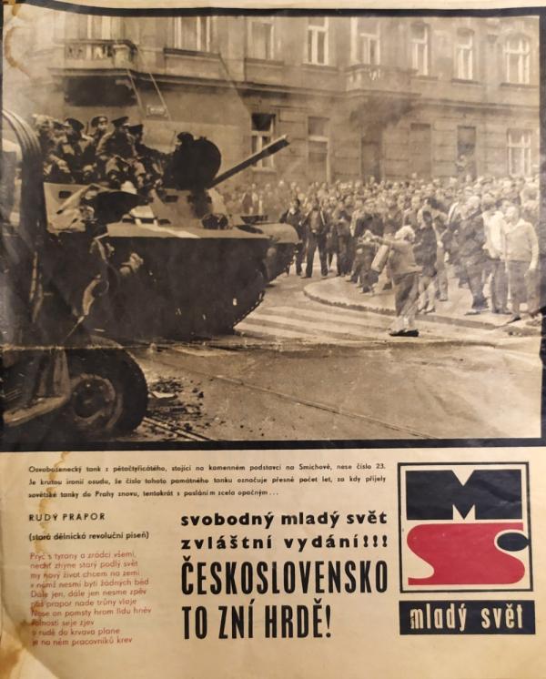 Fotografie v Mladém světě ze srpna 1968 ukazuje odmítavou reakci lidí na příjezd sovětských vojáků. Zdroj: Paměť národa