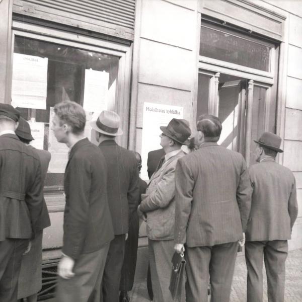 Mobilizační vyhláška z 23. září 1938 byla přes noc vylepena  po celém Československu. Povolávala všechny muže mladší 40 let. Foto: Národní archív