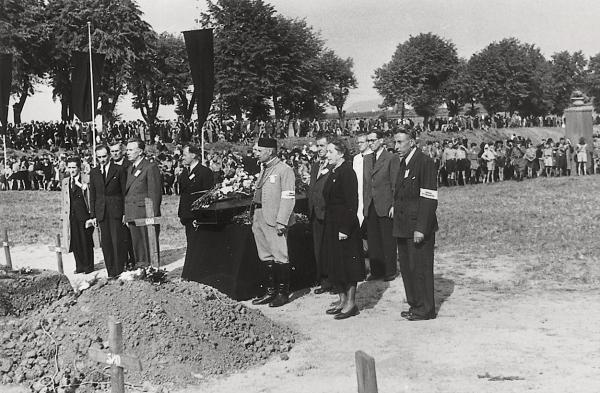 Pohřeb 601 exhumovaných obětí se konal 16. září 1945 se pak za účasti bývalých vězňů, pozůstalých, politiků a veřejnosti. Foto: Karel Šanda