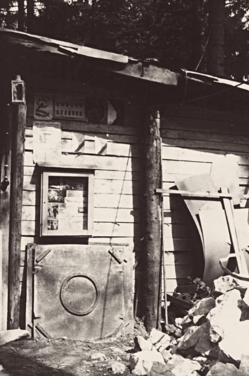 Nástěnka u vstupu do bozkovských jeskyní v létě 1969. Foto: archív Miroslava Jeníka