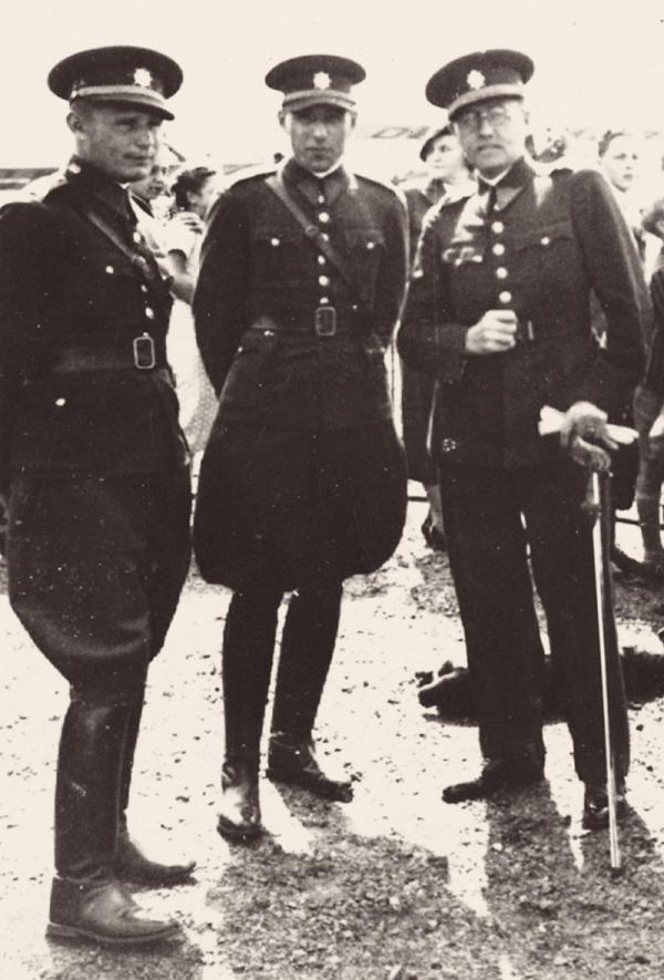 Otec Agáty Pilátové (vpravo) jako důstojník Čsl. armády v Užhorodě.